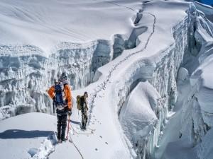Escaladores en las montañas cubiertas de nieve