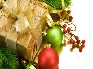 Regalo con un lazo dorado y bolas de Navidad