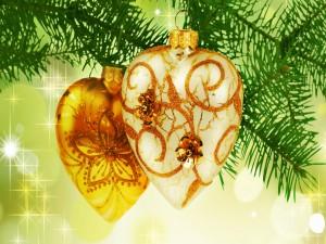 Corazones dorados colgados en el árbol de Navidad