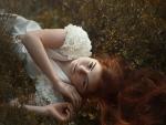 Mujer tumbada en la hierba
