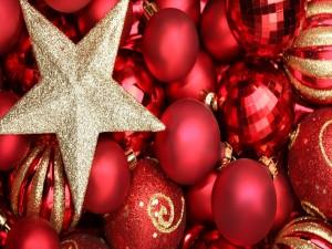 Bolas de Navidad y una estrella dorada