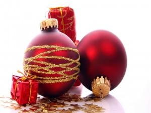 Bolas rojas, estrellas y regalitos para Navidad