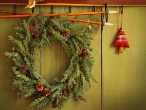 Corona de Navidad colgada de bastones de esquí