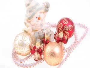 Muñeco de nieve, angelitos y bolas navideñas