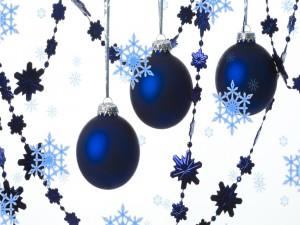 Bolas azules, guirnaldas y copos de nieve