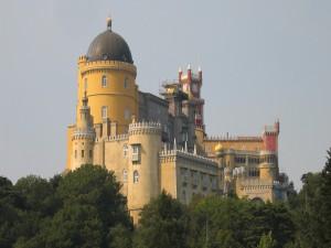 Impresionante castillo entre los árboles