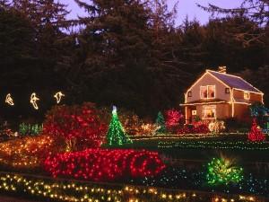 Decoración navideña en una casa con jardín