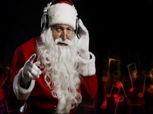 Papá Noel con auriculares escuchando música
