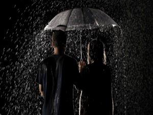 Pareja con un paraguas bajo la lluvia