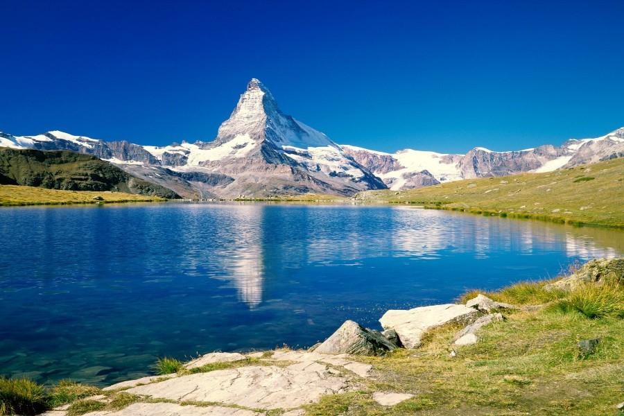 Hermoso lago junto al Monte Cervino (Valais, Suiza)
