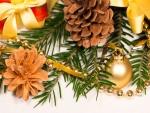 Adornos de Navidad en una rama de abeto