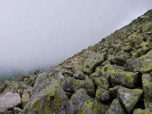 Rocas en la ladera de la montaña
