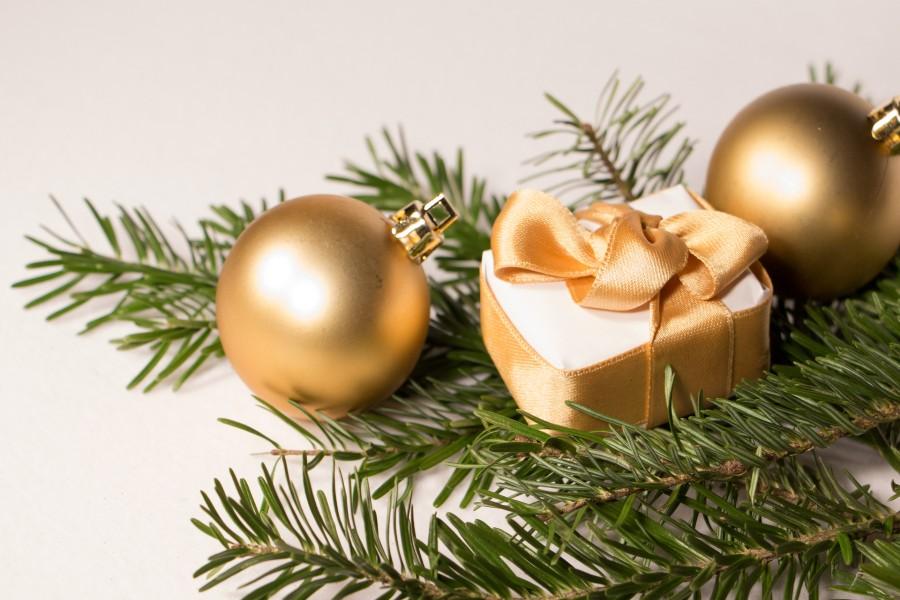 Bolas color oro y un presente navideño