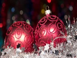 Elegantes adornos navideños sobre una cinta