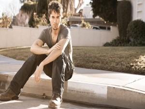 Enrique Iglesias sentado en la acera