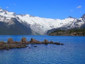 Formación de rocas en el lago