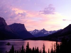 Lago visto al amanecer