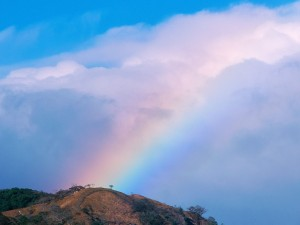 Arcoíris entre las nubes