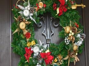 Puerta decorada con una corona de adviento