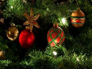 Árbol de Navidad con bolas y luces que brillan