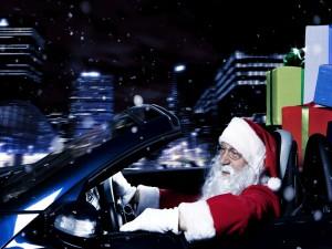 Moderno Santa Claus en un convertible