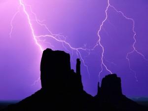 Rayos en el Valle de los Monumentos (Arizona)