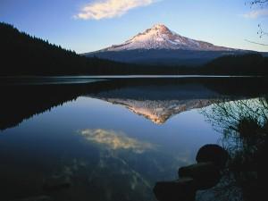 Monte Hood reflejado en el lago