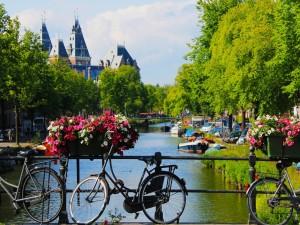 Bicicletas en un puente de Amsterdam