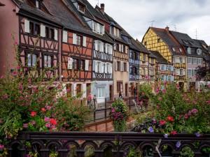 Ciudad europea decorada con flores