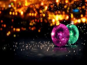 Dos bolas de bonitos colores para la Navidad