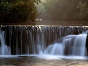 Pequeña cascada en el río