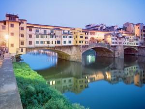 Ponte Vecchio reflejado en el  río Arno (Florencia, Italia)