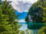 Impresionante lago rodeado de montañas