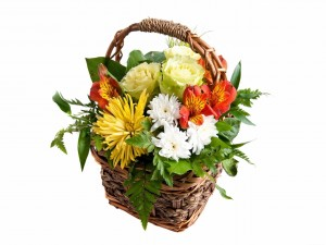 Magníficas flores en un canasto de mimbre