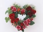 Rosas, claveles y hojas formando un corazón