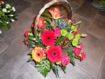 Espléndidas gerberas, crisantemos, rosas y  claveles en una cesta