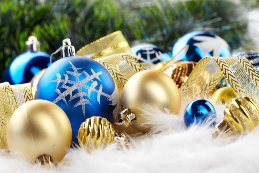 Adornos navideños dorados y azules