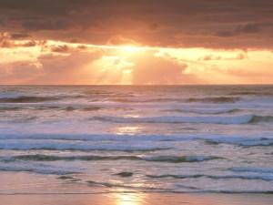 Sol iluminando las olas