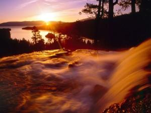 Sol iluminando la cascada