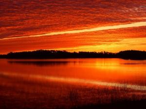 Hermoso cielo rojizo sobre un lago