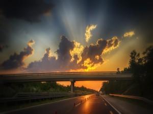 La luz del sol iluminando la carretera
