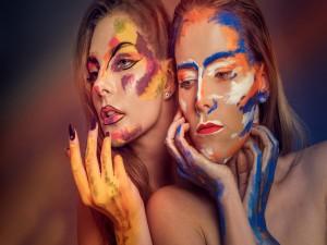 Dos mujeres con la cara pintada