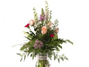 Espléndido arreglo floral en un recipiente de vidrio
