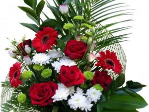 Hermoso arreglo con flores y hojas