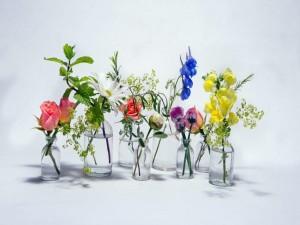 Atractivas y coloridas flores en recipientes de vidrio