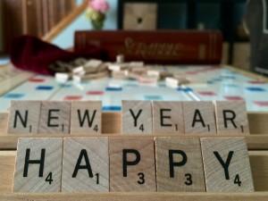 """""""Feliz Año Nuevo"""" formado con fichas de madera"""