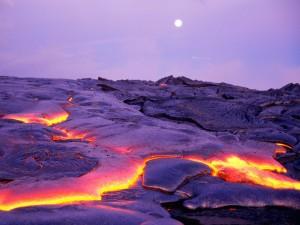 Luna sobre el volcán Kilauea (Hawái)
