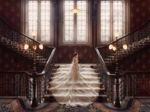Novia con un impresionante vestido blanco en la escalera
