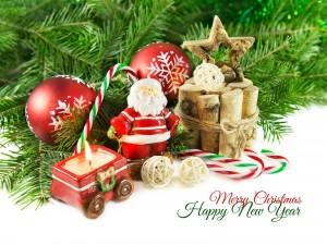 Feliz Navidad y Año Nuevo junto a unos adornos navideños