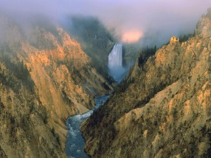 Cascada y río en el Parque Nacional de Yellowstone